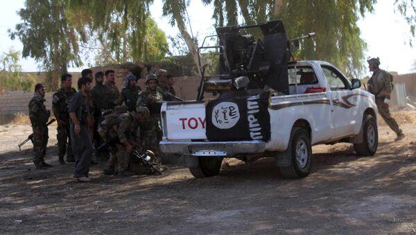 Militantes de Peshmerga cerca de un vehículo del EI en Irak, el 26 de agosto, 2015 - Sputnik Mundo