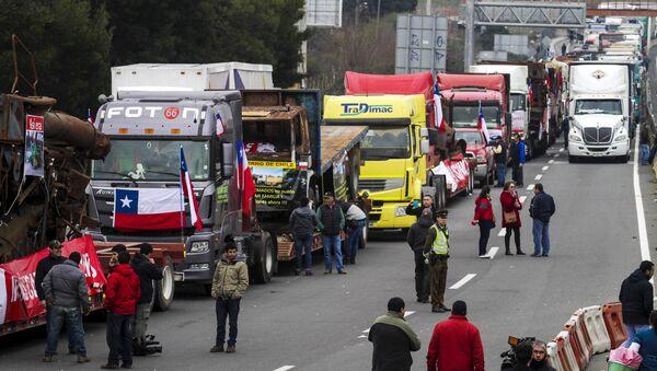 Transportistas bloquean una autopista en los accesos de Santiago durante una protesta, el 27 de agosto, 2015 - Sputnik Mundo