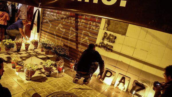 Amigos de las víctimas de la matanza de Osasco encienden candelas en altar en la calle - Sputnik Mundo