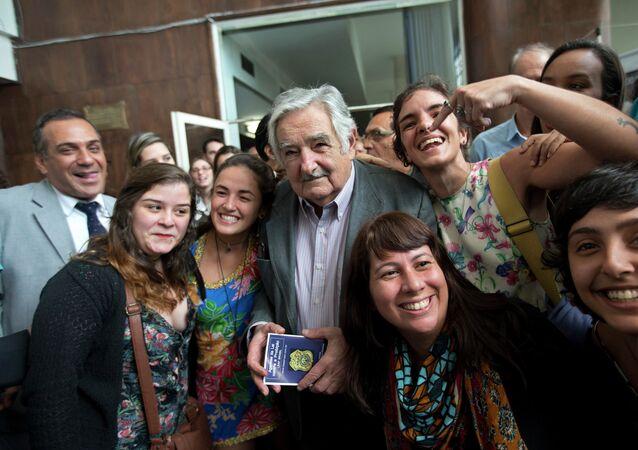 El ex presidente de Uruguay José Mujica con sus partidarios brasileños en Río de Janeiro