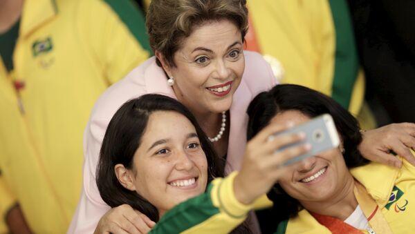 La presidenta de Brasil, Dilma Rousseff, con las atletas paralímpicos brasileños - Sputnik Mundo