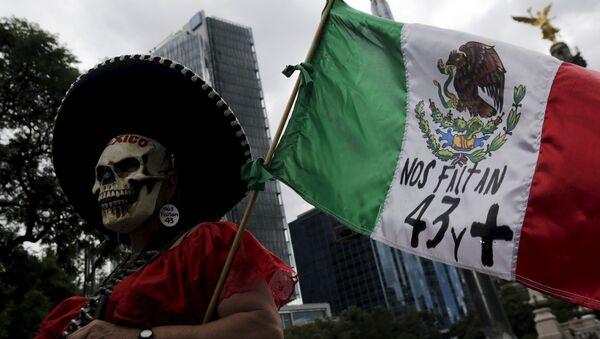 Una protesta en México a 11 meses de la desaparición de 43 estudiantes de Ayotzinapa. 26 de agosto de 2015 - Sputnik Mundo