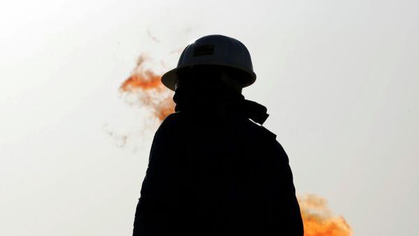 Trabajador de un campo petrolero - Sputnik Mundo