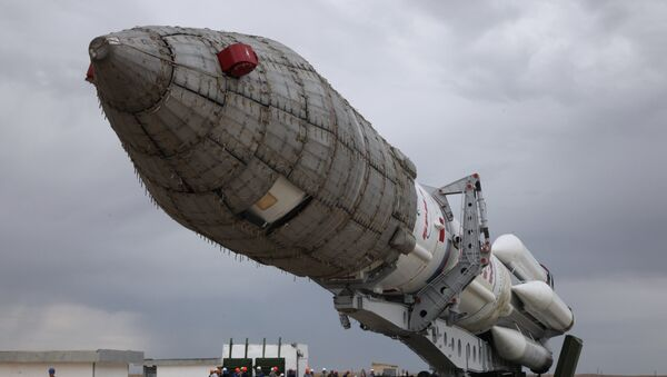A Russian Proton-M rocket carrying the British telecommunications satellite Inmarsat-5 F3 is mounted on a launch pad at the Russian leased Baikonur cosmodrome on August 25, 2015.  - Sputnik Mundo