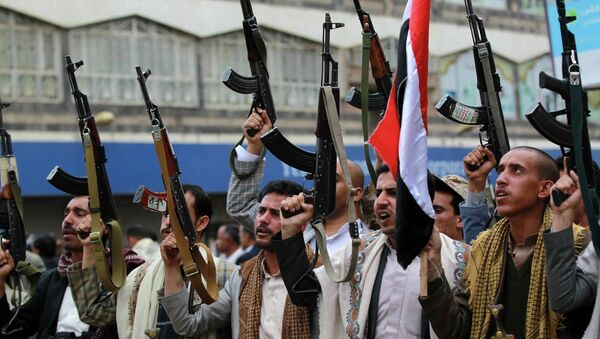 Shiite rebels, known as Houthis, hold up their weapons to protest against Saudi-led airstrikes, during a rally in Sanaa, Yemen, Thursday, March 26, 2015 - Sputnik Mundo