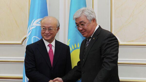 Director del OIEA, Yukiya Amano, y ministro de Exteriores de Kazajistán, Erlán Idrísov - Sputnik Mundo