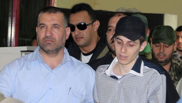 Gilad Shalit, soldado israelí, esta acompañado por Ahmad Jabari, comandante militar de Hamás (archivo) - Sputnik Mundo
