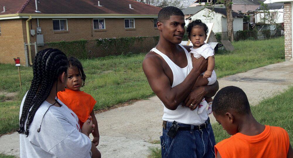 Una familia afroamericana regresa a su casa despúes de huricán Katrina en Nueva Orleans