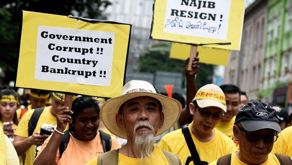 Manifestantes salieron a las calles de Kuala Lumpur para exigir la dimisión del primer ministro de Malasia Najib Razak - Sputnik Mundo