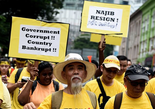 Manifestantes salieron a las calles de Kuala Lumpur para exigir la dimisión del primer ministro de Malasia Najib Razak