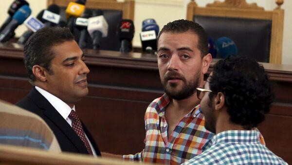 Periodistas de Al Jazeera Mohamed Fahmi y Baher Mohamed antes de escuchar veredicto - Sputnik Mundo