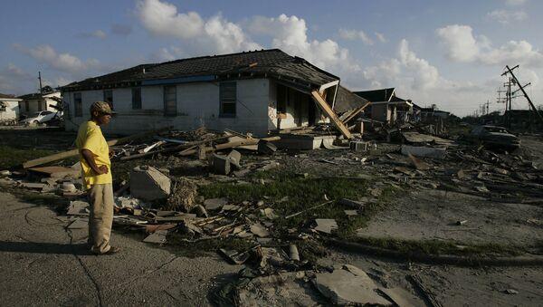 Un hombre afroamericano examina su casa destruida en un barrio de Nueva Orleans - Sputnik Mundo