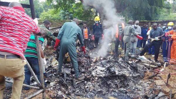 Siete muertos al estrellarse un avión militar en Nigeria - Sputnik Mundo