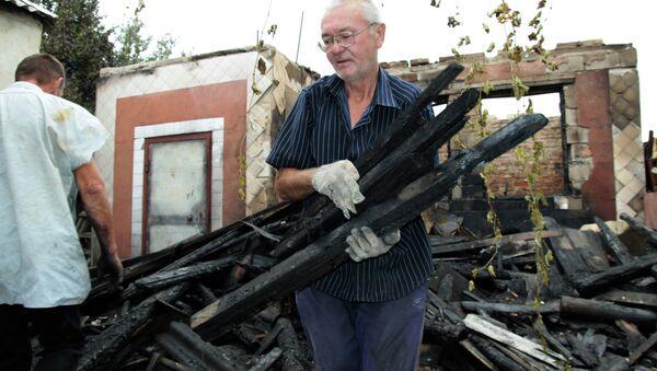 Hombre cerca de su casa destruida en la región de Donetsk - Sputnik Mundo