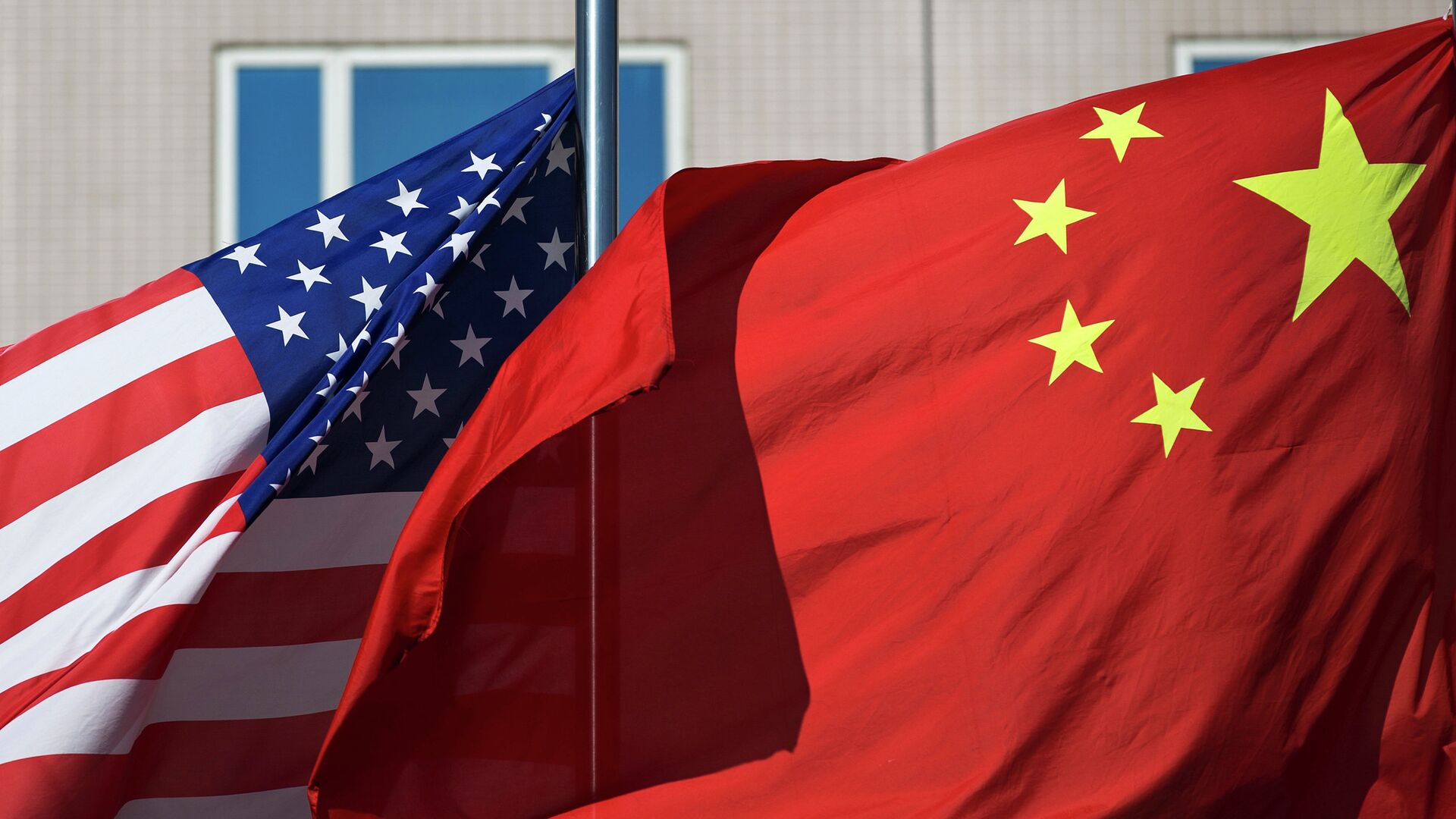 U.S. flag and China's flag flutter in winds at a hotel in Beijing Wednesday, Sept. 5, 2012 - Sputnik Mundo, 1920, 23.03.2021