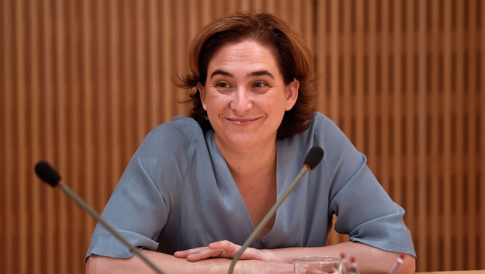 The new mayor of Barcelona Ada Colau smiles as she chairs the first meeting of the government commission at the Barcelona's city hall on June 17, 2015. - Sputnik Mundo, 1920, 04.02.2021