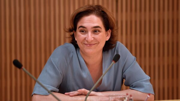 The new mayor of Barcelona Ada Colau smiles as she chairs the first meeting of the government commission at the Barcelona's city hall on June 17, 2015. - Sputnik Mundo