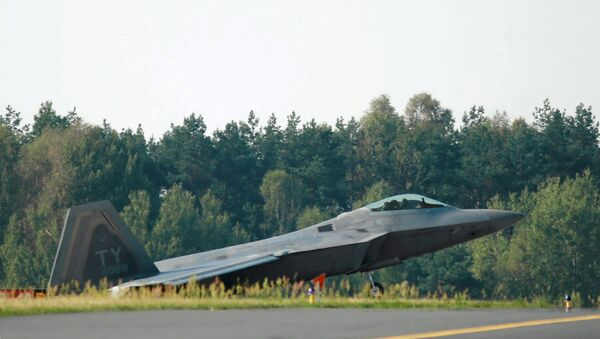 A U.S. F-22 fighter jet is pictured at a Polish Air Forces air base in Lask near Lodz, central Poland August 31, 2015 - Sputnik Mundo