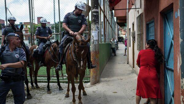 Una mujer habla con la policía en Sao Paolo, Brasil - Sputnik Mundo