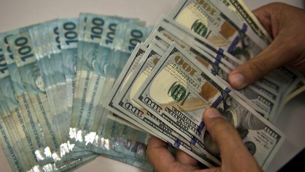 Billetes de real brasileño y de dólar norteamericano - Sputnik Mundo