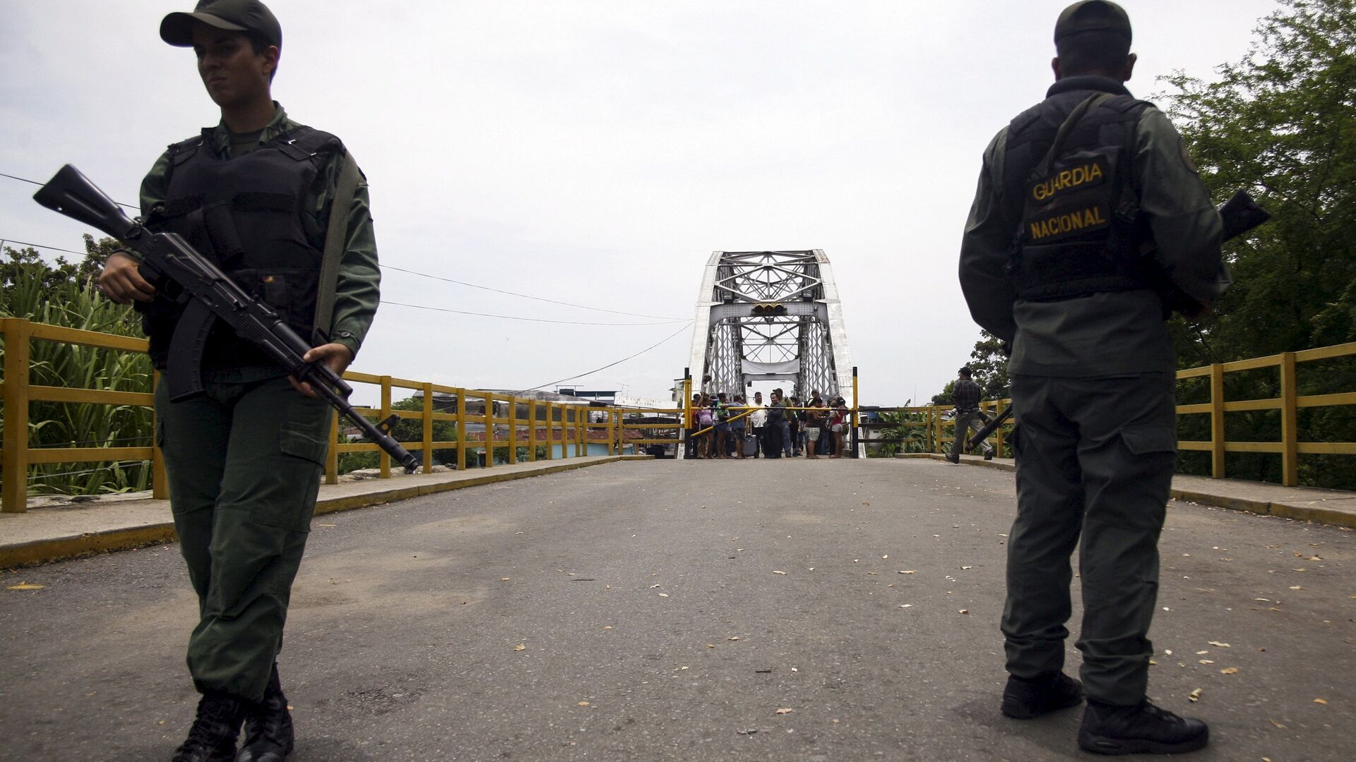 Venezuela's National Guards stand guard at the closed international bridge La Union, on the border with Colombia - Sputnik Mundo, 1920, 25.05.2021