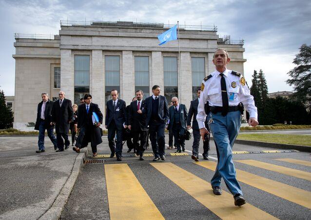 Una delegación de la oposición siria a las afueras de la oficina de la ONU en Ginebra