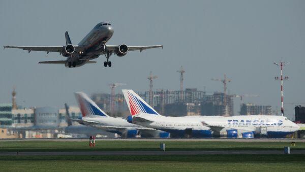 Avión en aeropuerto de Moscú - Sputnik Mundo