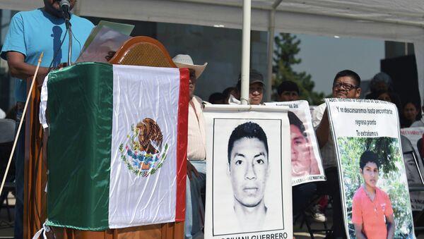 Manifestación en conmemoración de estudiantes asesinados de Ayotzinapa - Sputnik Mundo