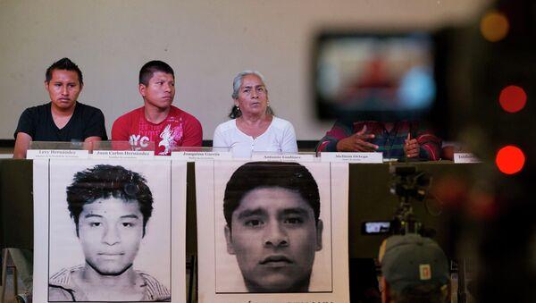 Famillares de estudiantes desaparecidos hablan durante la rueda de prensa - Sputnik Mundo