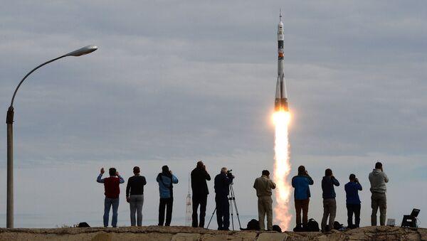 Cohete Soyuz despega con nueva expedición a la EEI - Sputnik Mundo