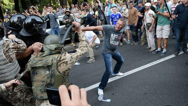 Enfrentamientos junto a la sede del Parlamento ucraniano - Sputnik Mundo