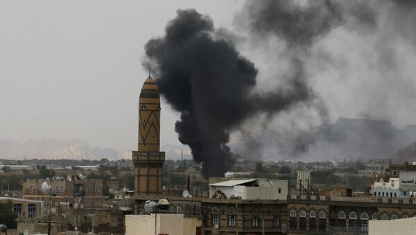 Smoke billows from the military academy during a Saudi-led air strike in Yemen's capital Sanaa September 2, 2015 - Sputnik Mundo
