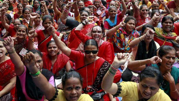 Mujeres indias participan en una protesta - Sputnik Mundo