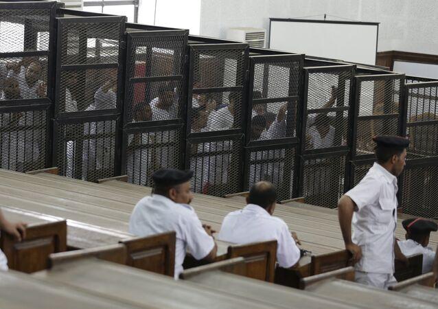 Activistas de la asociación Hermanos Musulmanes durante un juicio en Tribunal de Cairo (archivo)