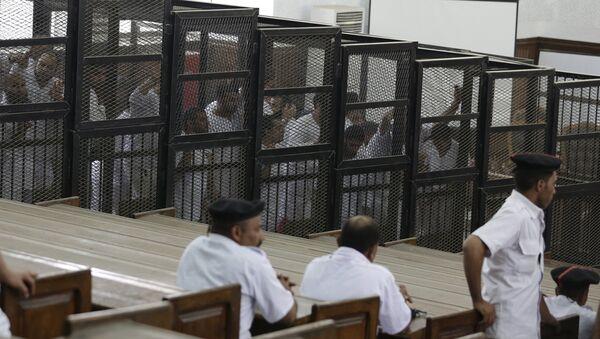Activistas del grupo Hermanos Musulmanes durante un juicio en Tribunal de Cairo (Archivo) - Sputnik Mundo