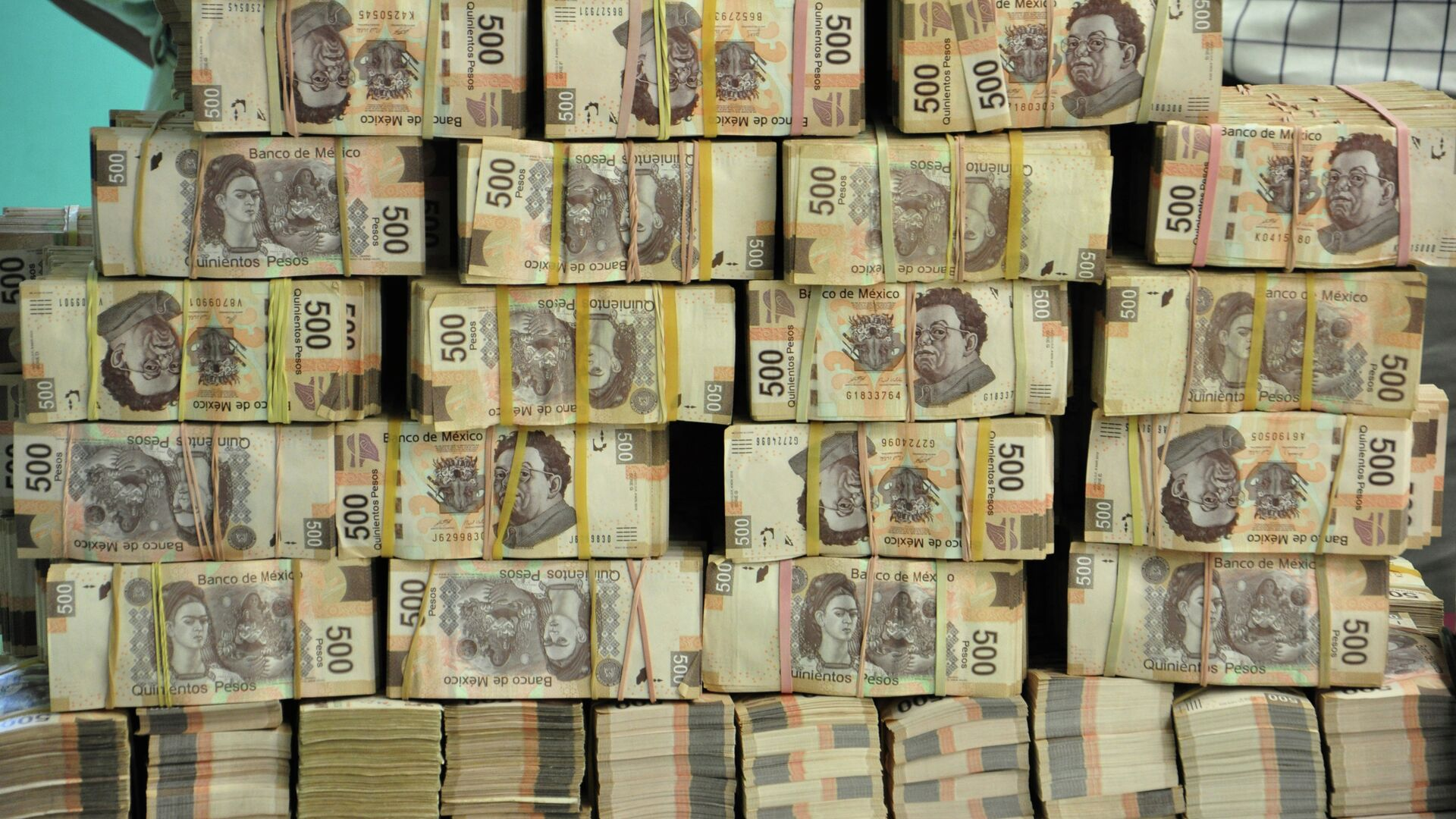 Fajos de billetes de 500 pesos en una oficina de ex funcionario del Estado  - Sputnik Mundo, 1920, 19.08.2021