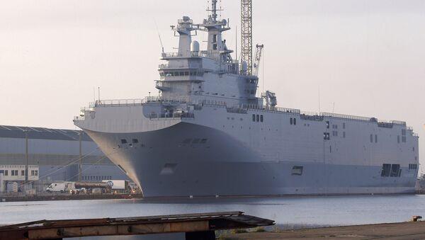 El buque de guerra Vladivostok, el primero de dos portahelicópteros de la clase Mistral en el puerto de Saint-Nazaire, Francia - Sputnik Mundo