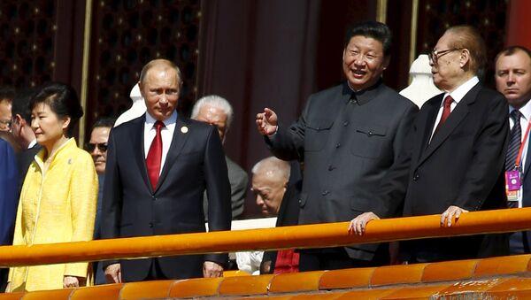 El presidente de Rusia, Vladímir Putin, el presidente de China, Xi Jinping, y ex presidente chino, Jiang Zemin, durante el Desfile militar en Pekín - Sputnik Mundo