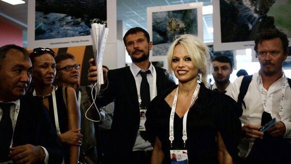 """Pamela Anderson conoce el """"país de líderes fuertes"""" - Sputnik Mundo"""