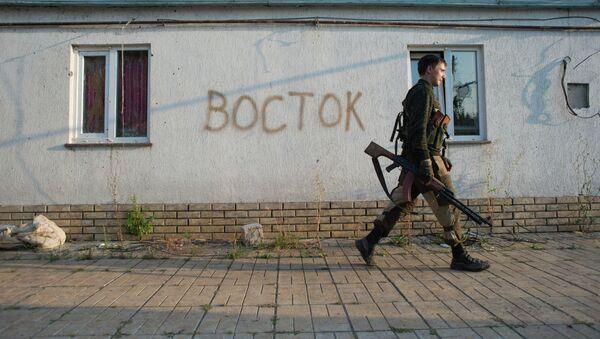 Un miliciano en la región de Donetsk - Sputnik Mundo