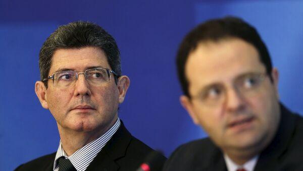 Joaquim Levy, ministro de Economía y Hacienda de Brasil, y Nelson Barbosa, ministro de Planificación de Brasil durante una rueda de prensa, el 31 de agosto, 2015 - Sputnik Mundo