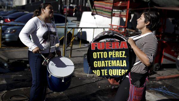 Manifestantes contra el ex presidente de Guatemala, Otto Pérez, están cerca del palacio de justicia de Guatemala - Sputnik Mundo