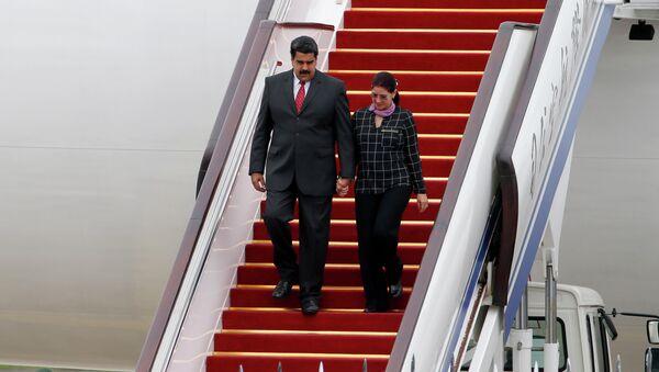 El presidente de Venezuela, Nicolás Maduro, y la primera dama del país, Cilia Flores, llegan a China - Sputnik Mundo