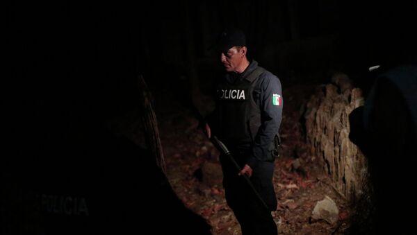 Agente de policía esta en el lugar de crimen en Xolapa, estado de Guerrero - Sputnik Mundo
