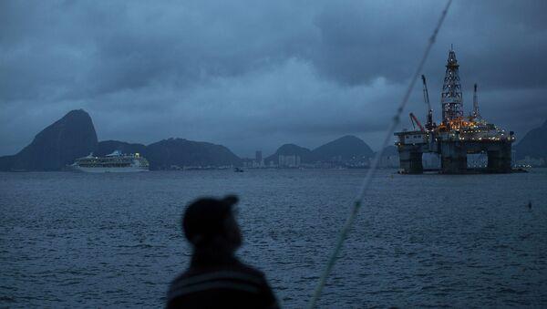 Una platforma petrolera en la bahía de Guanabara - Sputnik Mundo