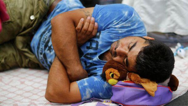 Un migrante duerme cerca de la estación de tren de Keleti en Budapest, Hungría - Sputnik Mundo