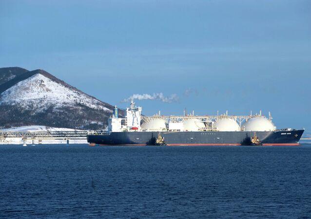 El buque cisterna Grand Aniva en el muelle de la primera planta rusa de licuefacción de gas natural (proyecto Sakhalin-2)