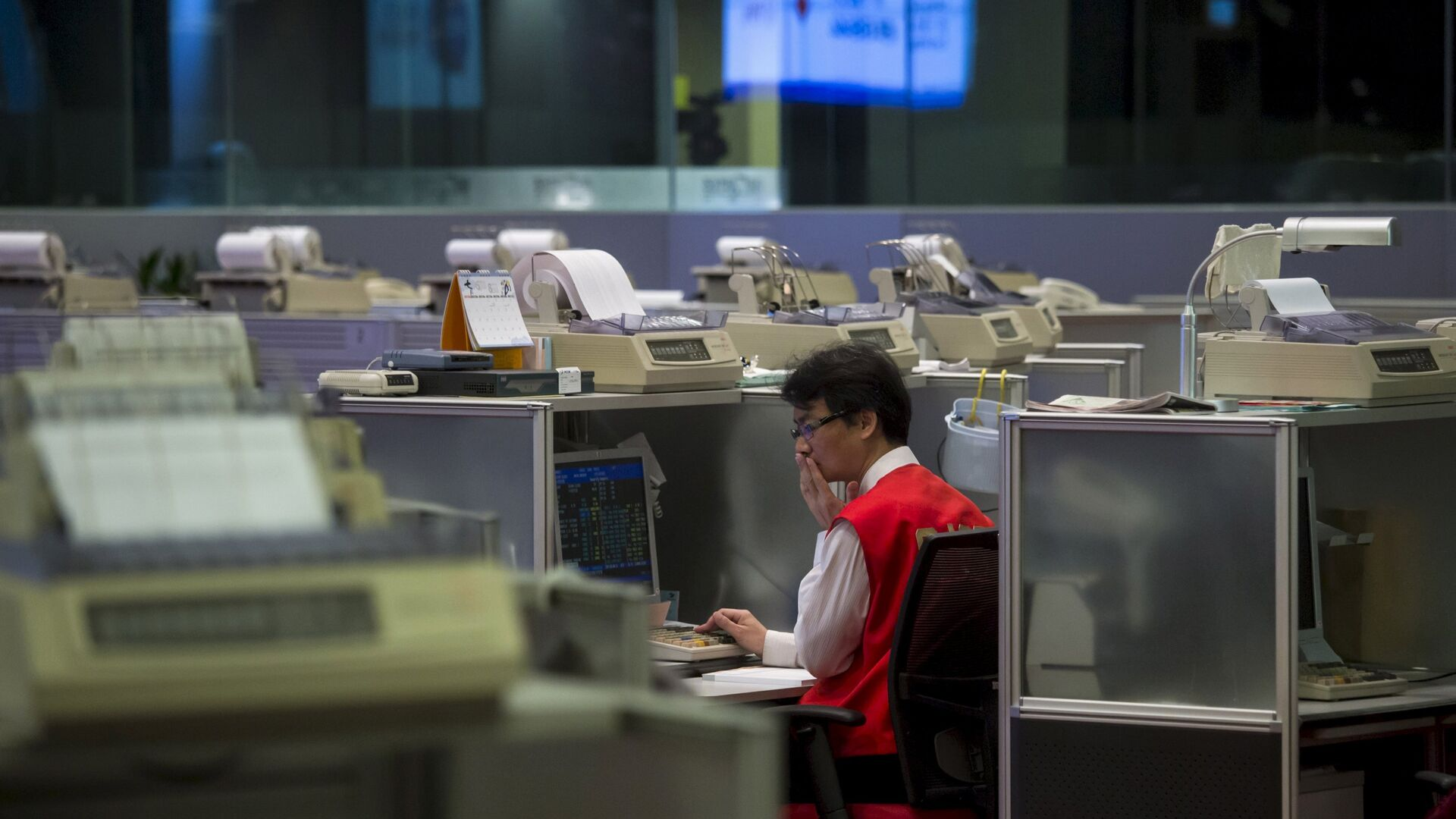 A floor trader reacts inside the trading hall at the Hong Kong Exchanges in Hong Kong, China in this July 8, 2015 file photo. - Sputnik Mundo, 1920, 12.04.2021