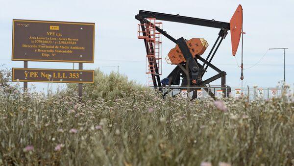 Extracción de petróleo de petrolera argentina YPF en Loma La Lata - Sputnik Mundo
