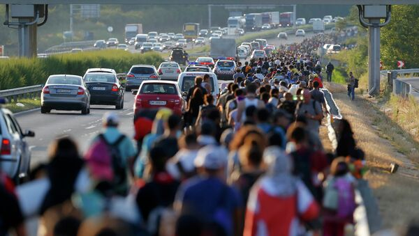 Un millar de refugiados inicia viaje a pie desde Budapest hacia Austria - Sputnik Mundo
